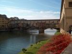 De Ponte Vecchio (oude brug) is een beroemde middeleeuwse brug over de rivier de Arno. Op de brug zijn er winkeltjes (vooral juweliers).