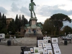 Centraal op het plein staat een gedenkteken voor Michelangelo met een kopie van David, de Nacht en de Dag, het Morgenlicht en de Avondschemering.