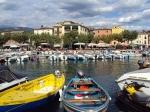 Het haventje van Garda. Het stadje heeft een schilderachtig, middeleeuws centrum. Smalle steegjes, tussen twee prachtige, oude stadspoorten.