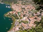 Zicht op Garda vanop de rots La Rocca. De plaats heeft het voorrecht genoemd te zijn naar het meer. Karel de Grote veranderde in de 8e eeuw de naam van Benacus naar Garda.
