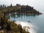 Je wandelt over een laan tussen eeuwenoude cypressen naar de prachtige Villa San Vigilio. Verderop vind je een idyllische kleine haven.