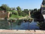 De 2,3 km. lange vijfhoekige vesting werd in de 16e eeuw in opdracht van de Venetianen gebouwd, en omsluit het prachtige centrum van het stadje Peschiera Del Garda.