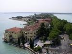 Het plaatsje Sirmione ligt op een lang, smal schiereiland dat, precies in het midden van de zuidoever, 4 kilometer het Gardameer insteekt.