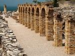 Aan het uiterste puntje van het schiereiland bevinden zich de Grotte di Catullo, de resten van een Romeinse villa. Bij de hoger gelegen olijfgaard heb je een prachtig uitzicht op het Gardameer.