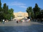 Het Syntagma plein te Athene, ofwel het plein van de grondwet. Aan dit plein bevindt zich onder andere het gebouw van het nationale parlement.
