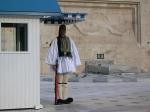 Voor het parlementsgebouw ligt het graf van de onbekende soldaat en staan een aantal Evzone-wachters in traditionele uniformen de 'wacht' te houden.