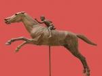 De ruiter van Artemision, één van de zeldzaam overgebleven bronzen standbeelden uit de Hellinistische periode (140 voor Christus) in het Nationaal Archeologisch Museum van Athene.