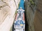 Het kanaal van Korinthe (6.3 km) heeft de vaarweg tussen Piraeus en de Ionische Zee met ongeveer 350 km verkort. Toch is het enkel geschikt voor middelgrote schepen wegens de sterke stromingen.