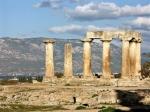 Van de antieke stad Korinthe zijn weinig overblijfselen bewaard. Er staan voornamelijk nog enkele monolithische zuilen van de oude Apollo-tempel overeind.