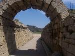 De toegang tot het oude stadion van Olympia waar allerlei sportactiviteiten doorgingen ter ere van Zeus.