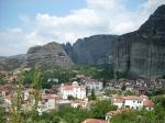 Zicht op Meteora vanaf het nabijgelegen Kalabaka. Meteora zijn de op hoge rotspilaren gebouwde kloosters. Hier leefden vroegen monniken in volledige afzondering van de wereld.
