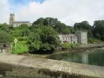 Zicht op de anglicaanse kerk en het 18de eeuwse kasteel Drishane House in Castletownshend.