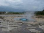 Vlak voor de uitbarsting van de Strokkur geiser verschijnt een blauwe bel in het spuitgat.