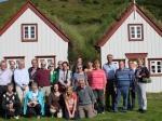 Groepsfoto bij de mooie 19de eeuwse turfboerderij van Laufas, nu ingericht als museum.