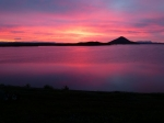 Wondermooie kleuren op het meer van Myvatn (Muggenmeer) bij zonsondergang. (c) Nicole De Greef