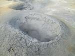 Hverir, een van de grootste solfatarenvelden van IJsland bevat naast dampende zwavelbronnen, sissende stoomkraters en dampende fumarolen ook kokende modderpotten.
