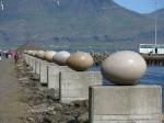 Het prachtige kunstwerk 'Eggin í Gledivík' met de 34 granieten eieren van de kunstenaar Sigurd Gudmundsson. (Merry Bay, Djúpivogur)