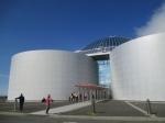 De blauwe parel koepel van Perlan (Reykjavik) staat symbool voor de blauwe bel vlak voor de uitbarsting van een geiser.