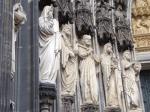 Detail van het ingangsportaal van de Dom kathedraal.