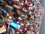 Aan de Hohenzollern spoorwegbrug hangen naar schatting 100.000 hangsloten van verliefde paartjes.
