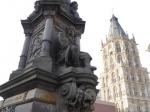 Het Jan von Wert monument met het historische stadhuis in de achtergrond.