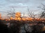 Zicht op de Rijnoever aan de overkant tijdens de zonsondergang.