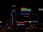 Het stadhuisplein 's nachts met de vele kleurige neonverlichtingen op de gebouwen rondom.