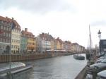 """Nyhavn (""""Nieuwe Haven"""") is een belangrijke toeristische trekpleister. Aan de haven zijn veel restaurants en bars te vinden met vooral zomers overvolle terrassen."""