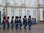 Aflossing van de wacht aan Amalienborg, de residentie van de Deense koninklijke familie. De gebouwen dateren van omstreeks 1750.