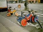 Overal in de stad zijn gratis fietsen ter beschikking. Je hebt enkel een muntstuk van 20 DKK nodig die je na gebruik kan recupereren.