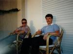 Na de inspanning, de ontspanning. EffeVee en BeeGee met een koele drank op het terras van hun appartement in Creta Palace.