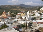 Het rustige bergdorp Ano Vianos ligt op een hoogte van 500 meter op een vruchtbare vlakte. In het dorp staan veel bloemen en er zijn vele steegjes met witgeschilderde huizen.