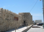 Aan het einde van de boulevard in Ierapetra ligt het Venetiaanse Kales fort en kom je uit bij een plein met een klokkentoren twee kerken.