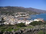 Elounda ligt in de pittorekse baai van Mirabello die uitkijkt op het (nu met het eiland Kreta verbonden) eilandje Spinalonga, dat het beschermt tegen de zee.