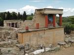 Gerestaureerde noordelijke ingang van het Minoïsche paleis van Knossos met het beroemde fresco van de aanvallende stier.