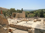 Bij de opgravingen bij Knossos werd al snel duidelijk dat hier een Minoïsch paleis had gestaan, waarschijnlijk het paleis van de legendarische koning Minos. Men vond er veel aardewerk, vazen en kannen.