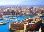 Koulés is het Venetiaanse fort in de haven van Heraklion. Er zijn twintig ruimtes en magazijnen op de begane grond achter dikke muren waarin nog middeleeuwse kanonskogels liggen opgeslagen.