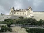 Het kasteel van Saumur ligt vrij hoog, op een plek vanwaar het de Loire domineert. Eerst deed het dienst als vesting, vervolgens als woonplaats van de gouverneurs van de stad, daarna als gevangenis en tot slot als kazerne.