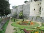 Het kasteel van Angers staat op een rots boven de rivier Maine, een zijrivier van de Loire. Het omvat een gebied van 25.000 m² en heeft 17 massieve torens die gebouwd zijn met donkere leisteen en bleek tufkrijt.