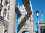 De Tower Bridge is een in 1894 voltooide brug over de rivier de Theems en een toeristische attractie. Hij ligt naast de Tower of London, waaraan hij ook zijn naam dankt.