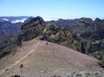 Pico do Arieiro is de op twee na hoogste berg van Madeira (1818 m). Het uitzicht rondom is adembenemend, de wolken drijven vaak over de schitterende bergachtige rotsformaties.