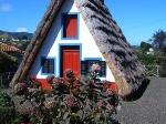 Santana is bekend om zijn unieke driehoekige huizen van steen met een rieten dak. Ze stammen uit de 16de eeuw, en zijn een toeristische attractie.