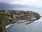 Ponta Delgada is een klein dorp aan de noordelijke kust, gelegen tegen de prachtige achtergrond van bergen en zee.