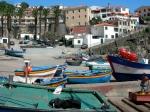 Câmara de Lobos is een vissersdorp met kleurrijke boten. Tientallen jaren geleden leefden hier monniksrobben en daar komt de naam Câmara de Lobos vandaan.