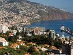 """Funchal met zijn schitterende baai en de bergen is een van de mooiste steden in Portugal. De naam komt van een kruid dat venkel """"Funcho"""" heet dat men aantrof toen het eiland werd ontdekt."""