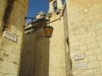 Mdina is een klein middeleeuws ommuurd stadje met 400 inwoners, gelegen op een plateau waardoor een groot deel van centraal- en noord-Malta kan overzien worden. Het is de voormalige hoofdstad van Malta.