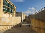 Valetta is met zijn 7000 inwoners één van de kleinste hoofdsteden van Europa. Het staat op de werelderfgoedlijst van UNESCO en is de zetel van de Maltese regering en parlement. We komen de stad binnen via het Vrijheidsplein.