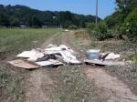 Overal komen we afval tegen van de grote overstromingen van vorige week. Hier aan de camping Cosmopolitan.