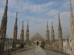 Boven de basiliek bevinden zich marmeren dakterassen met 135 pinakels met heiligenbeelden. Van hier heb je ook een prachtig zicht op de stad.
