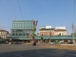 """Aan het Cadorna station staat monument """"Needle, thread and knot"""". De 3 kleuren van de draad verwijzen naar de 3 metrolijnen van de stad."""